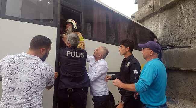 Başakşehir'de servis aracı duvara çarptı: 8 yaralı