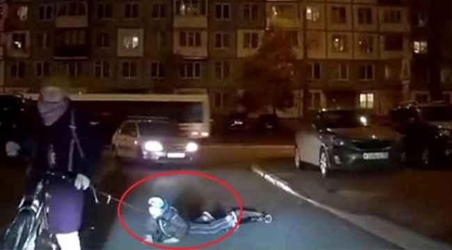 Bir anne, scooter üstündeki çocuğunu iple bisiklete bağladı