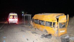 Bir insanlık dramı daha! Kaçak göçmenleri taşıyan minibüs kaza yaptı: 1 ölü, 4'ü ağır 12 kişi yaralı