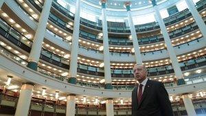 Cumhurbaşkanı Erdoğan Külliye Kütüphanesinde incelemelerde bulundu