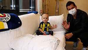 Emre Belözoğlu kanser tedavisi gören 16 aylık Çınar Aydın'ı ziyaret etti