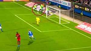 İlginç pozisyon... Saha dışındaki oyuncu penaltı yaptırdı