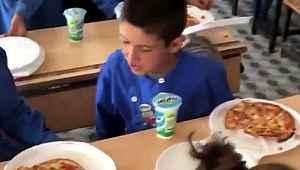 İlk defa pizza gören çocuğun sorusu duygulandırdı
