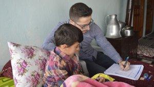 Kaza geçirdiği için okula gidemeyen öğrencisine evde ders veriyor