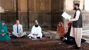Kraliyet gelini, cami ziyaretinde başörtüsü takıp Kur'an dinledi