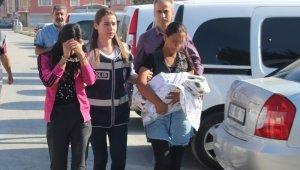 Kucağındaki bebekten de utanmayarak hırsızlık yaptı