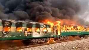 Pakistan'da tren faciası: 62 kişi hayatını kaybetti