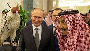 Putin'in Kral Selman'a hediye ettiği kuş halıya pisledi