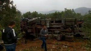 Şişe yüklü tır zeytin bahçesine devrildi - Bursa Haberleri