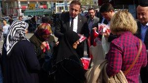 Sokağa çıkıp vatandaşlara tek tek bayrak dağıttılar - Bursa Haberleri