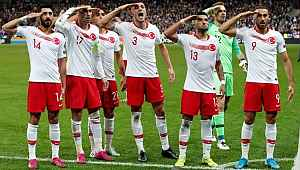 Terörist sevici Fransızlardan skandal: Türk futbolcuların asker selamı verdiği gol sevincini ekrana yansıtmadı