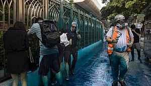 TOMA'lardan sıkılan suyla boyanan camiyi ziyaret edip özür diledi