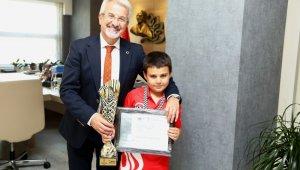 Turgay Erdem, 8 yaşındaki şampiyonu ağırladı - Bursa Haberleri