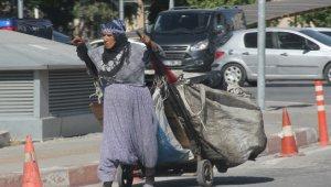 Yaşlı kadının ekmek mücadelesi