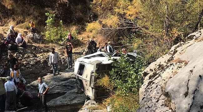 Yolcu minibüsü devrildi: 2 ölü, 2'si ağır 5 yaralı