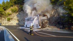 Yolcu otobüsü, yol kenarında cayır cayır yandı