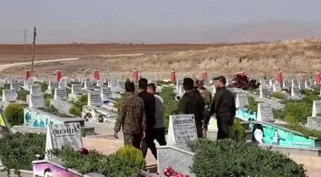 ABD askerleri, teröristlerin mezarlığında görüntülendi