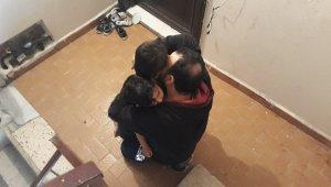 Annelerinin evde aç susuz bıraktığı çocuklar, babaları tarafından gözyaşları içinde kurtarıldı