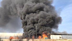 AVM'ye ait depo yanında çıkan yangın korkuttu