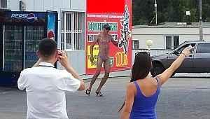 Benzin istasyonu, bikinili müşterilerine ücretsiz yakıt vereceğini duyurunca ortalık karıştı