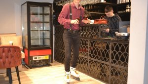 Bu kafede servisleri patenli garson yapıyor - Bursa Haberleri