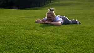 Çimlerde yuvarlanan Aleyna Tilki, kalça hareketiyle dikkat çekti