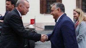 Cumhurbaşkanı Erdoğan, Macaristan'da resmi törenle karşılandı