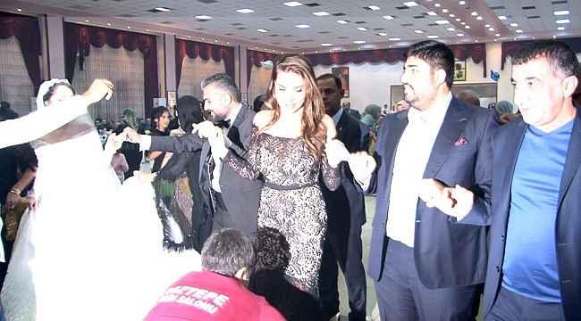 Ebru Yaşar kayınbiraderinin düğününde halay çekti