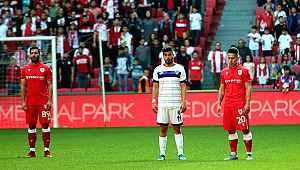 Futbolcular maç oynanırken 1 dakikalık saygı duruşunda bulundu