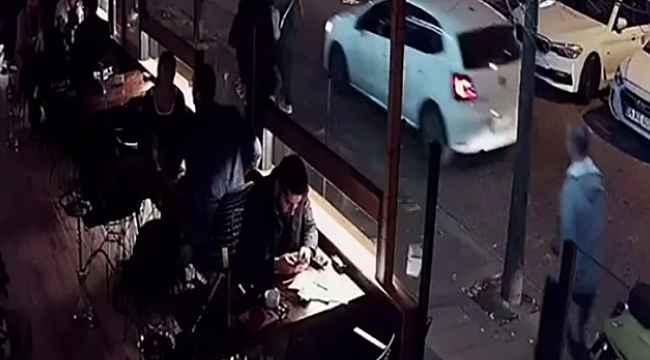 Genç kadın, kaldırımda yürürken bir başka kadını yumrukladı