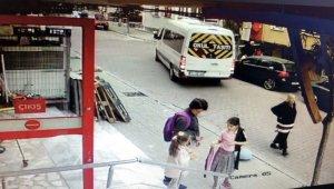Geri manevra yapan servis şoförü yaşlı kadına çarptı