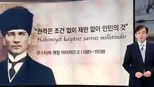 Güney Kore'de televizyon sunucusundan Atatürk'e ayakta saygı