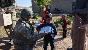 Güvenlik güçlerinden Barış Pınarı Harekatı bölgesindeki çocuklara yardım eli