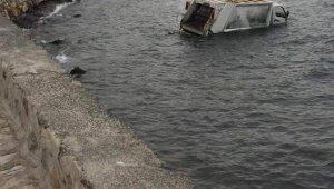İzmir'de çöp kamyonu denize uçtu