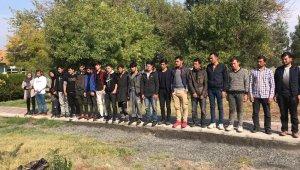 Jandarma kontrol noktasını gören sürücü yabancı uyruklu 20 kişiyi bırakıp kaçtı