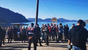 Kaçak yapı sahipleri yıkım ekibinin mahalleye girişine izin vermedi