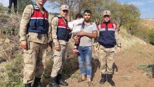 Kaybolan çocuğu bulan jandarma ailesine teslim etti