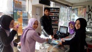 Öğrenciler kapı kapı gezip gül suyu ve lokum dağıttı - Bursa Haberleri