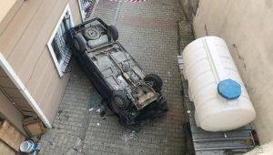 Otomobil 6 metre yükseklikten binanın bahçesine düştü