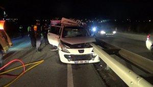 Otomobil bariyere ok gibi saplantı: 2 ölü, 3 yaralı