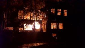 Tarihi pazarda korkutan yangın: 2 ahşap bina küle döndü - Bursa Haberleri