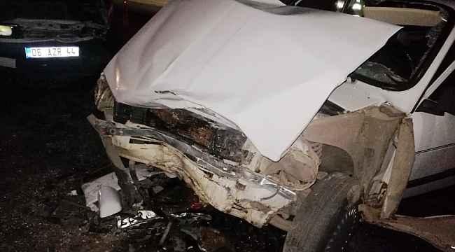 Trafik kazası: İki otomobil çarpıştı: 10 kişi yaralandı