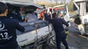 Turistleri taşıyan midibüse kamyonet çarptı: 2'si ağır 5 yaralı