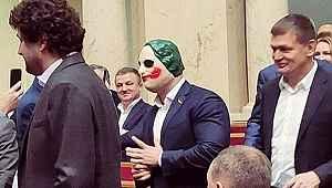 Ünlü siyasetçi Joker maskesiyle parlamentoyu bastı