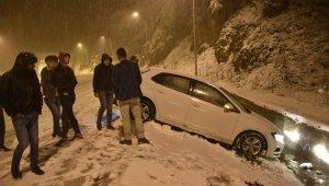 Zigana'da kar yağdı, vatandaşlar kar topu ve horonla karın keyfini çıkardı!