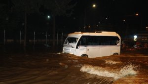 Adana'da sağanak yağış hayatı olumsuz etkiledi