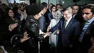 Ahmet Davutoğlu ile Nihal Olçok el ele poz verdi