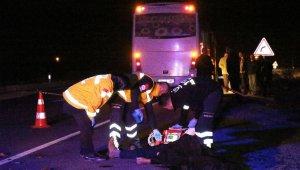 Akıllara durgunluk veren kaza! Para topladığı son midibüsün altında kalan şahıs hayatını kaybetti