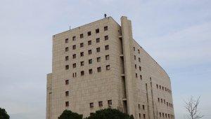 Askerde kalmak için 50 metre yükseklikteki binanın tepesine çıktı