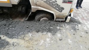 Avcılar'da yol çöktü, kamyon mahsur kaldı